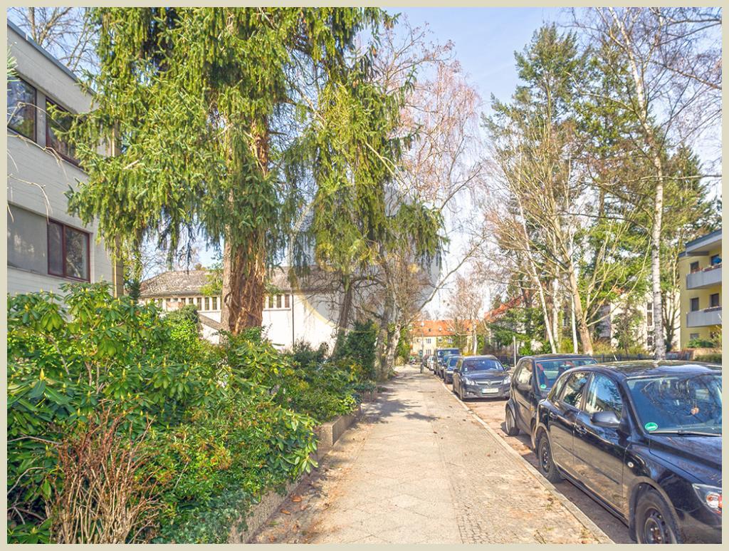 Berlin - Berlin-Zehlendorf: Seniorengerecht, eigener Außenstellplatz, Balkon, ruhige Lage