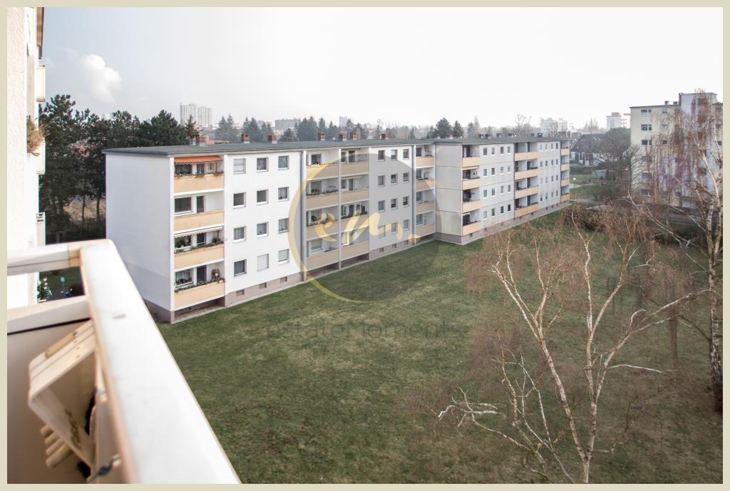 Berlin - Etagenwohnung in Falkenhagener Feld: Balkon mit Blick auf den Gemeinschaftsgarten